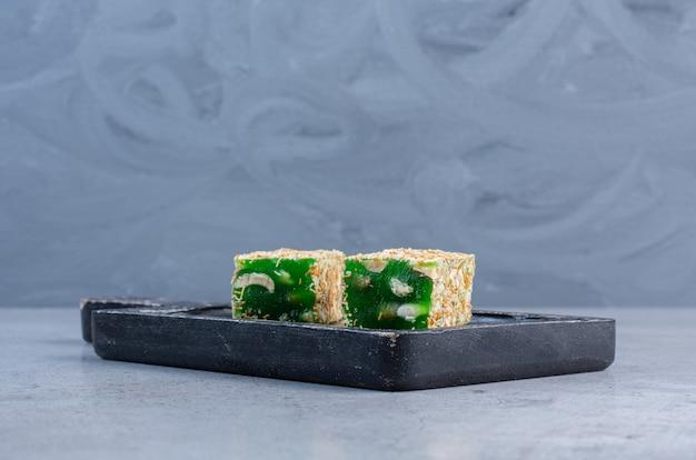 緑のターキッシュは、大理石の背景に小さなボードをお楽しみください。