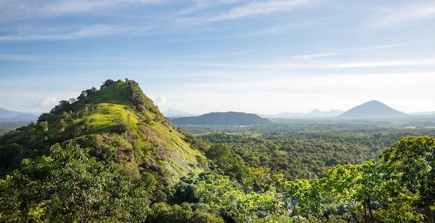 緑の谷と青い空、セイロンの風景