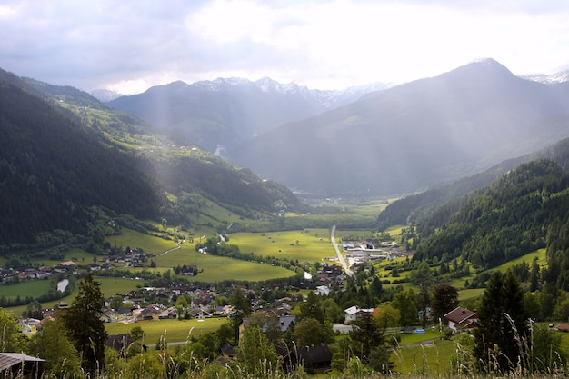 멀리 눈 덮인 산이 있는 녹색 계곡, 이탈리아, 알프스