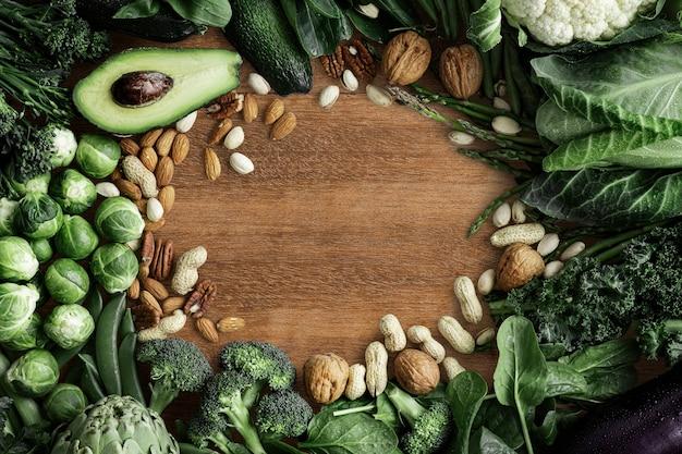 Зеленая овощная рамка с орехами и авокадо