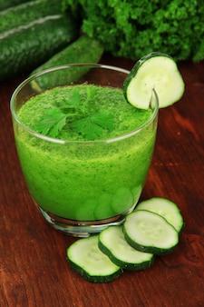 테이블 클로즈업에 녹색 야채 주스