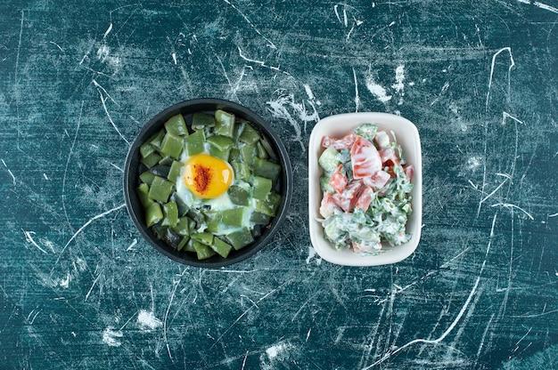 흰색 세라믹 접시에 녹색 야채 샐러드입니다. 고품질 사진