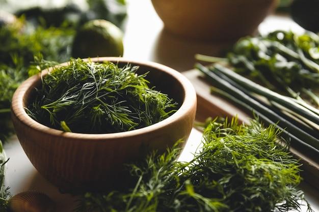 緑の野菜や果物、アボカド、ライム、キャベツ、パセリ、キュウリ、ディル、タマネギ、サラダ、ほうれん草