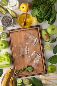 ライトテーブル、上面図で緑のデトックスドリンクのための緑の野菜や果物
