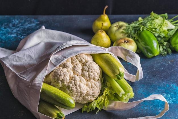 キャンバスバッグに緑の野菜や果物