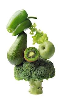 白い背景に分離された緑の野菜や果物。平衡浮遊食品バランス。健康食品成分。