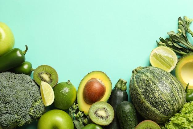 緑の野菜と果物のミントの背景