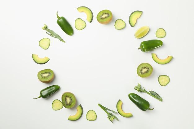 白地に緑の野菜や果物