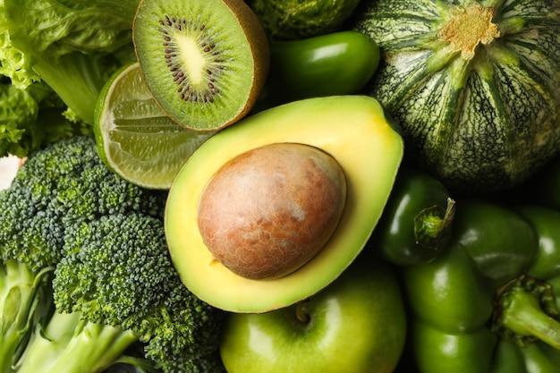 Зеленые овощи и фрукты в целом, крупным планом