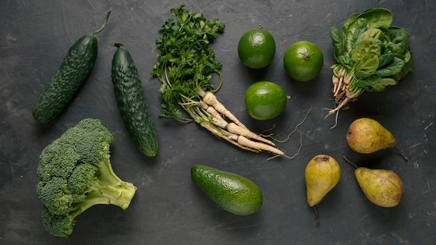 緑の野菜と果物のトップビュー