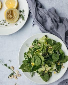 緑の野菜とレモン