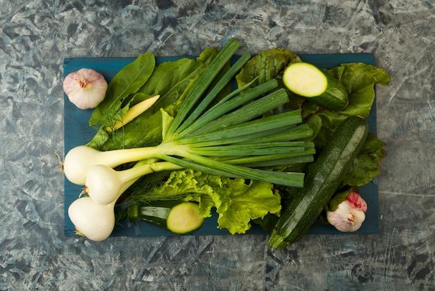 緑色野菜。ディルレタスタマネギ。
