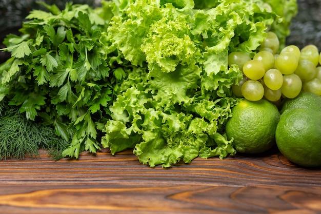 緑の野菜は、テキスト用のスペースで新鮮な緑の野菜を囲みます