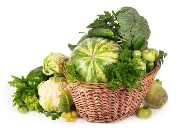 고리 버들 바구니에 녹색 채소-브로콜리, 호박, 오이, 수박, 포도, 고추, 사과, 양상추