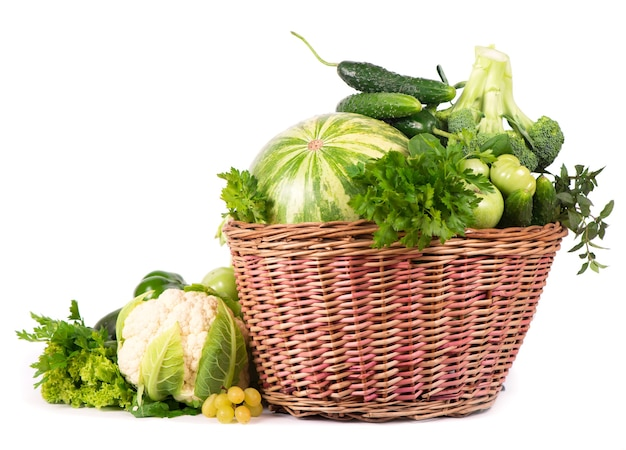 Зеленые овощи в плетеной корзине