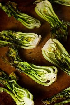 木の板に緑の野菜