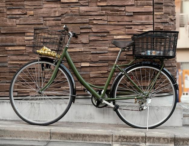 Зеленый старинный велосипед с корзинами
