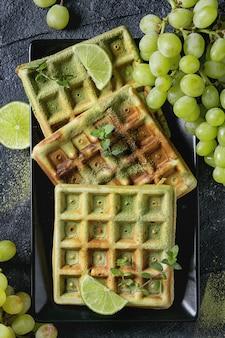 Зеленые вафли с виноградом