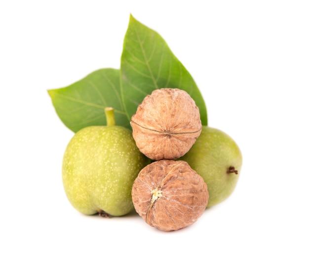 Зеленый грецкий орех, изолированные на белом фоне