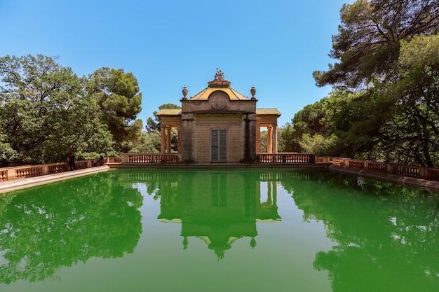 스페인 바르셀로나의 미로 공원에 있는 녹색 연못
