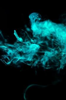 검은 배경에 녹색 물결 모양의 연기