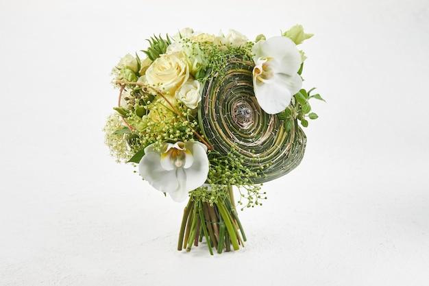 バラと白蘭の緑のウェディングブーケ