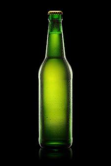 Зеленая бутылка мокрого пива, изолированная на черном