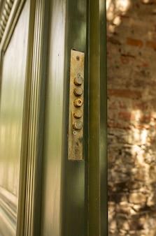ロック付きの緑の木製ドア。アウトドアショット