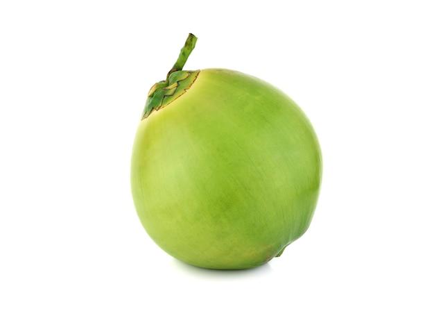 白い背景に分離された緑の若いココナッツ