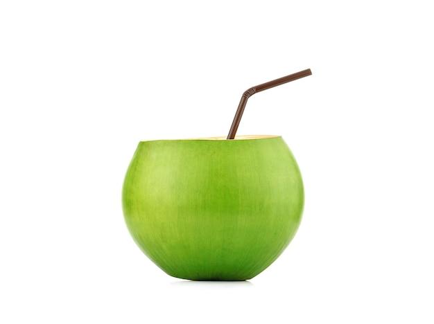 白い背景で隔離の緑の若いココナッツ