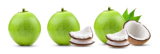 白い表面に分離された水滴と緑の若いココナッツ