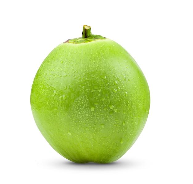 Зеленый молодой кокос с каплей воды, изолированные на белом фоне