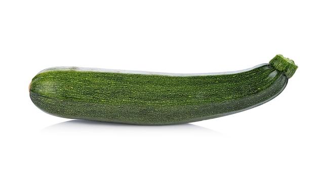 白で分離された緑のズッキーニ野菜