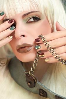 Зеленовато-коричневый макияж и маникюр со стразами