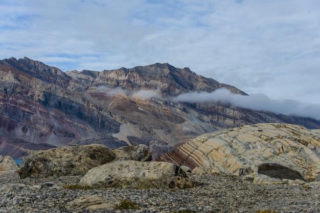 美しい色の山々とグリーンランドの風景