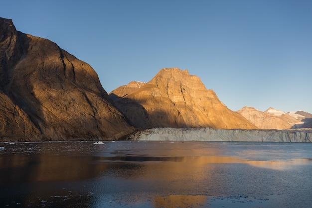 美しい色の岩のあるグリーンランドの風景。