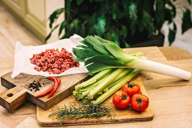 Зелень и овощи на деревянных досках.