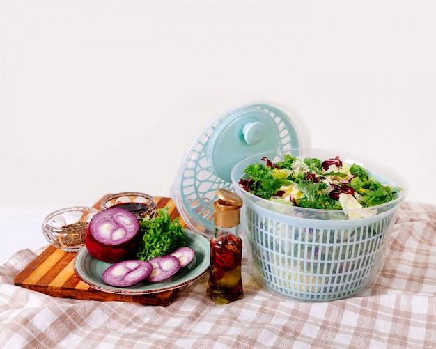 Зелень зеленой столовой капусты блесна листья лука острый перец масло пепперони