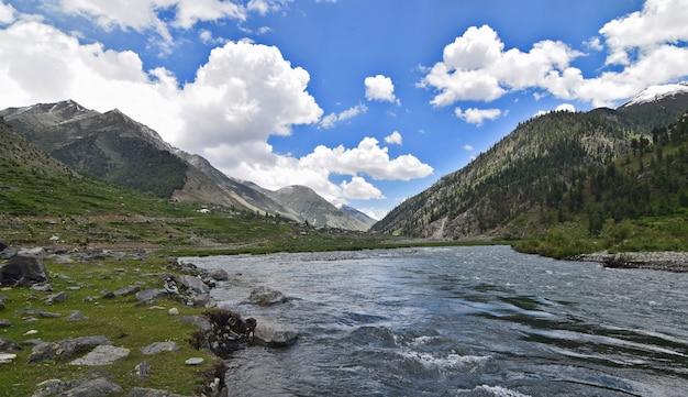 緑の丘と美しい川の景色