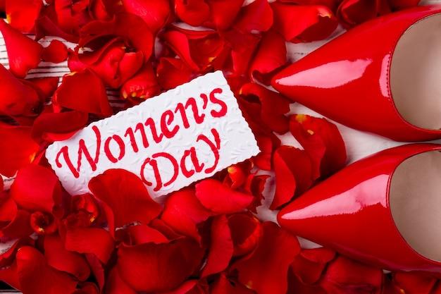 グリーティングカードとバラの花びらの赤い靴、光沢のあるロマンチックで創造的なギフト