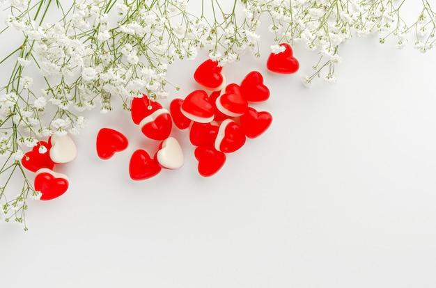 인사말 카드 개념입니다. 심장 모양의 흰색 젤리 gummies. 공간을 복사하십시오. 사랑과 로맨스. 평면도, 오버 헤드