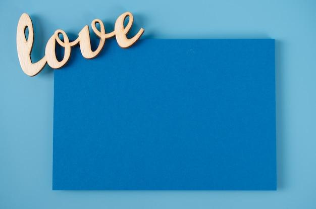Открытка на день отца пустая карточка и надпись любовь на синем фоне.