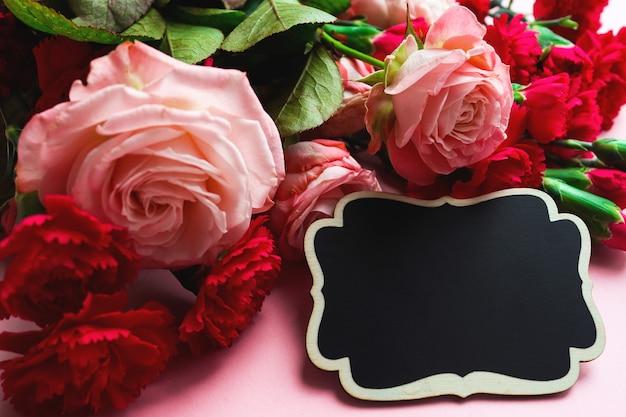 休日のグリーティングカード。おめでとうクローズアップ、コピースペースのための花とフレーム。