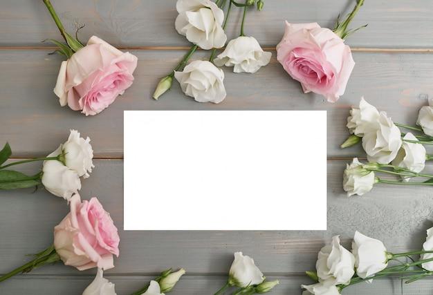 Открытка на день матери. цветы на сером фоне