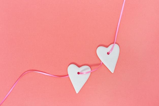 리본 복사 공간에 하트와 함께 발렌타인 데이 생일 인사말 카드가 달려 있습니다.