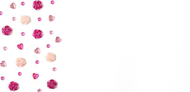 バレンタインデーのグリーティングカード。白い背景の上のハート、バラ、ラインストーン。