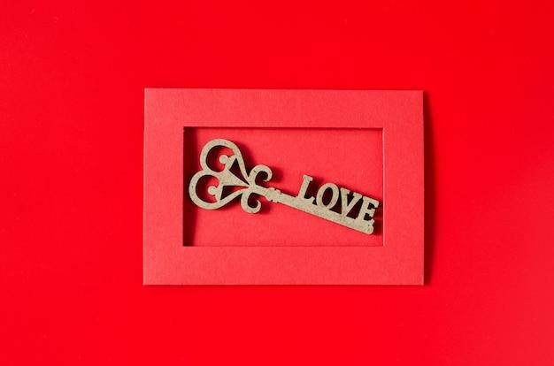 バレンタインのグリーティングカード。愛のメッセージと赤い封筒。バレンタインデーの背景。
