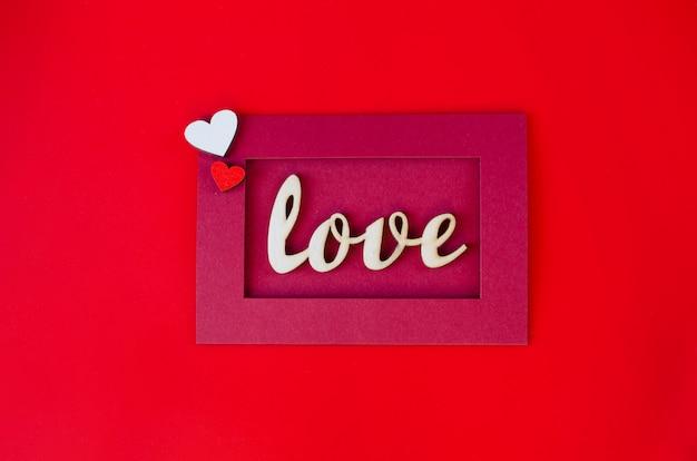 Открытка на день святого валентина. красный конверт с любовным посланием. день святого валентина фон.
