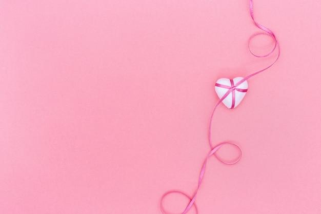 Открытка на день святого валентина, день рождения, женский день с сердечками с лентой.