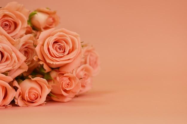 Открытка на женский день. гламурный простой дизайн с яркими цветами.